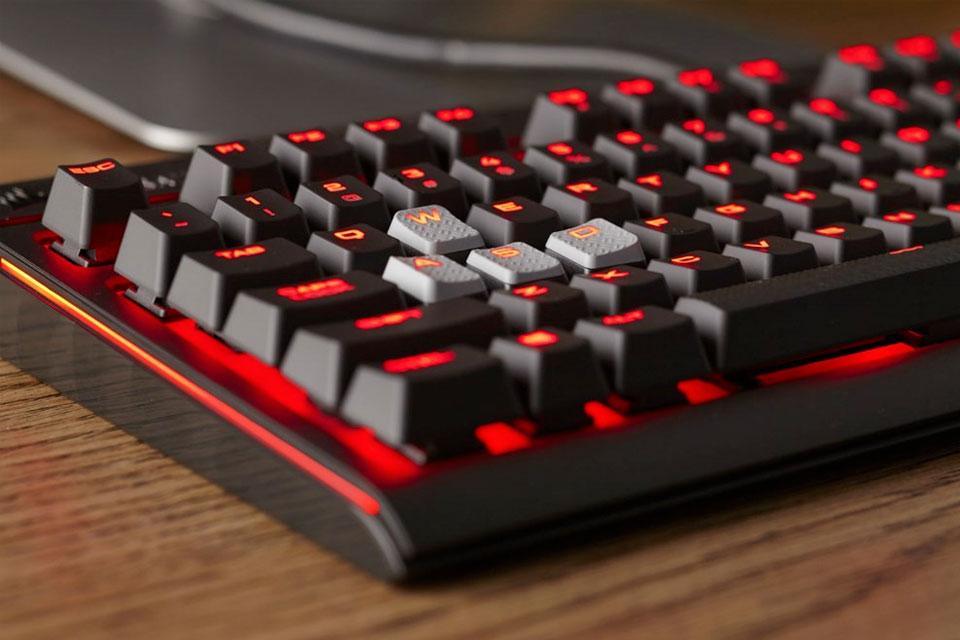 Imagem de Corsair lança teclado mecânico Strafe com backlit vermelho no tecmundo