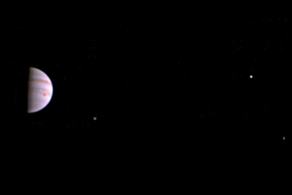 Imagem de Sonda Juno traz sua primeira foto de Júpiter e suas luas no tecmundo