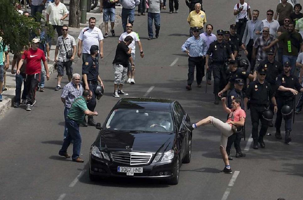 Imagem de Taxista confunde viatura com Uber, ataca o carro e é preso no tecmundo
