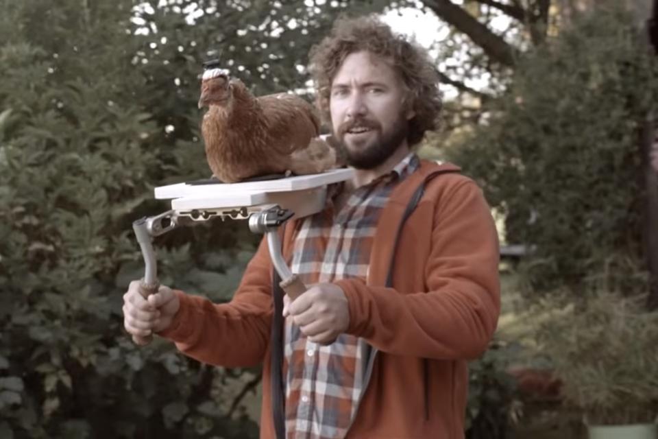Imagem de Vídeo mostra sistema estabilizador de câmera feito com uma galinha no tecmundo