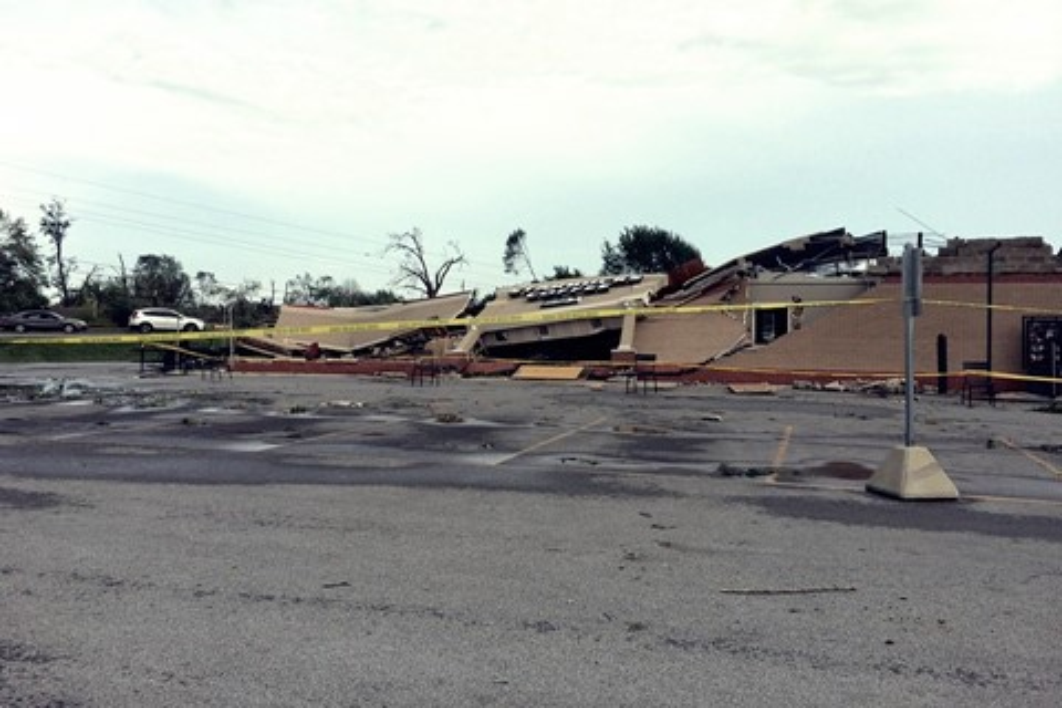 Imagem de Tornado violento esmaga Starbucks como papel e ação é registrada em vídeo no tecmundo