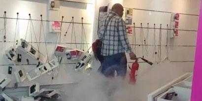 Imagem de Um dia de fúria: homem destrói loja da T-Mobile na Inglaterra [vídeo] no site TecMundo