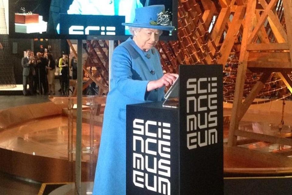 Imagem de Rainha Elizabeth II envia seu primeiro tweet no site TecMundo