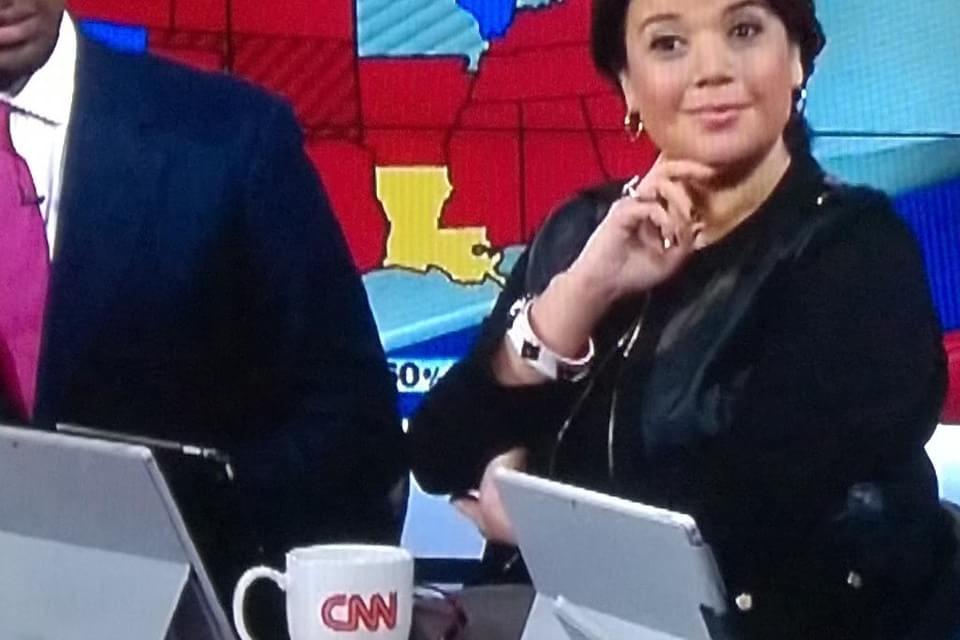 Imagem de Jornalistas da CNN usam Surface Pro 3 como apoio do iPad no site TecMundo