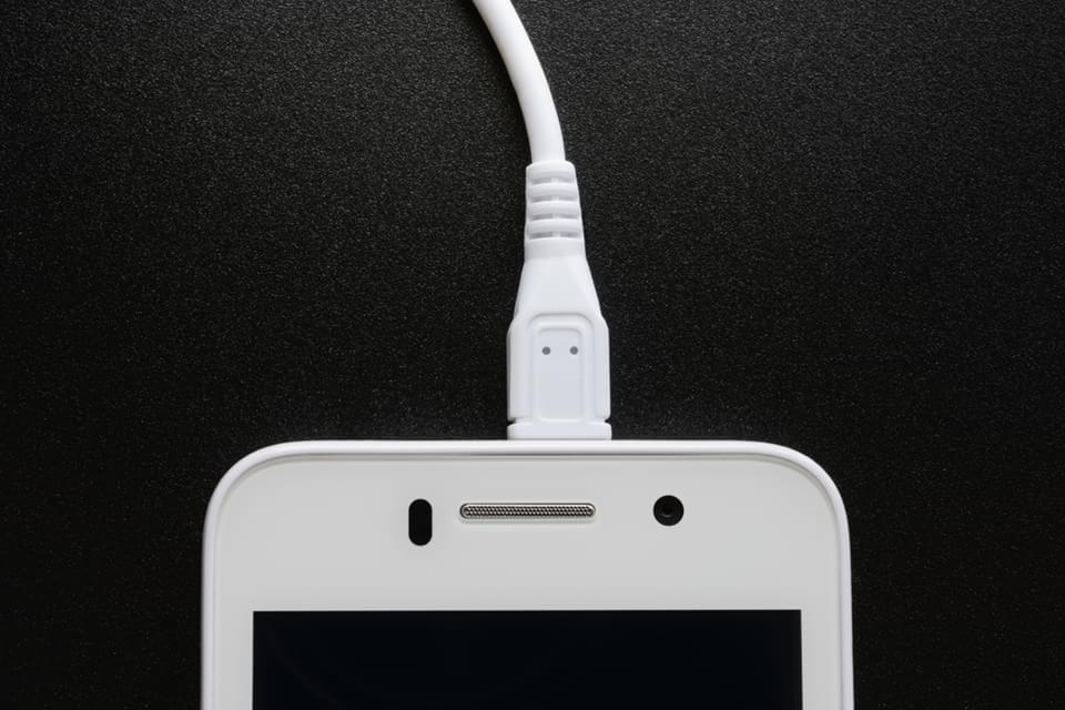Imagem de Afinal, tem problema deixar o smartphone conectado na tomada a noite toda? no site TecMundo