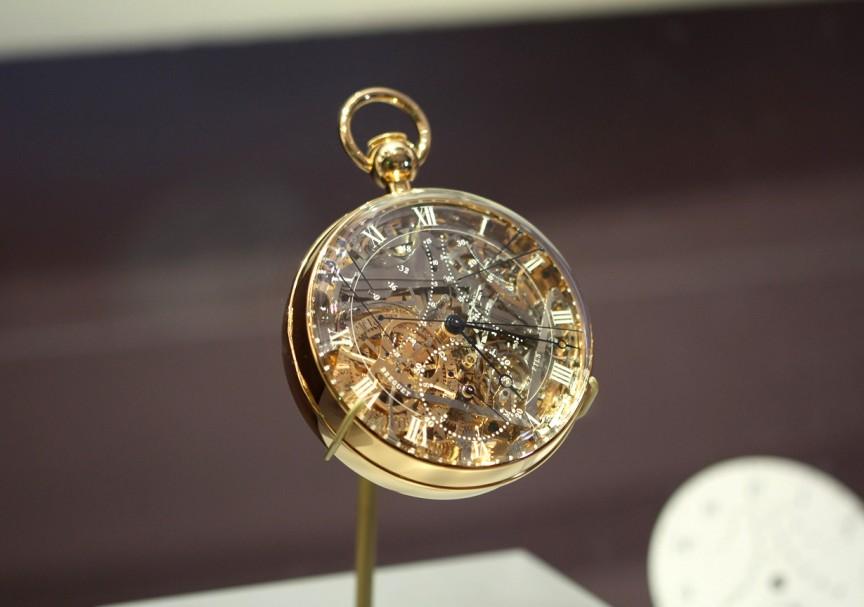 b4c8d3f0929 Os três maiores diamantes em forma de coração estão ligados a um mecanismo  de mola que abre como pétalas de uma flor para revelar a face do relógio.
