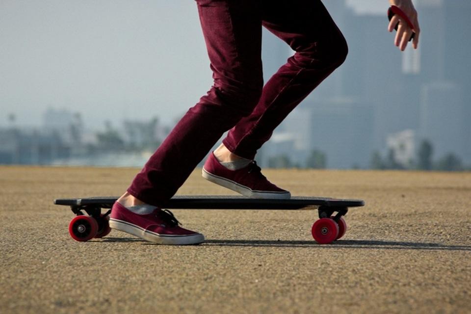 Imagem de Kickstarter tem skate elétrico com motor dentro das rodas no site TecMundo