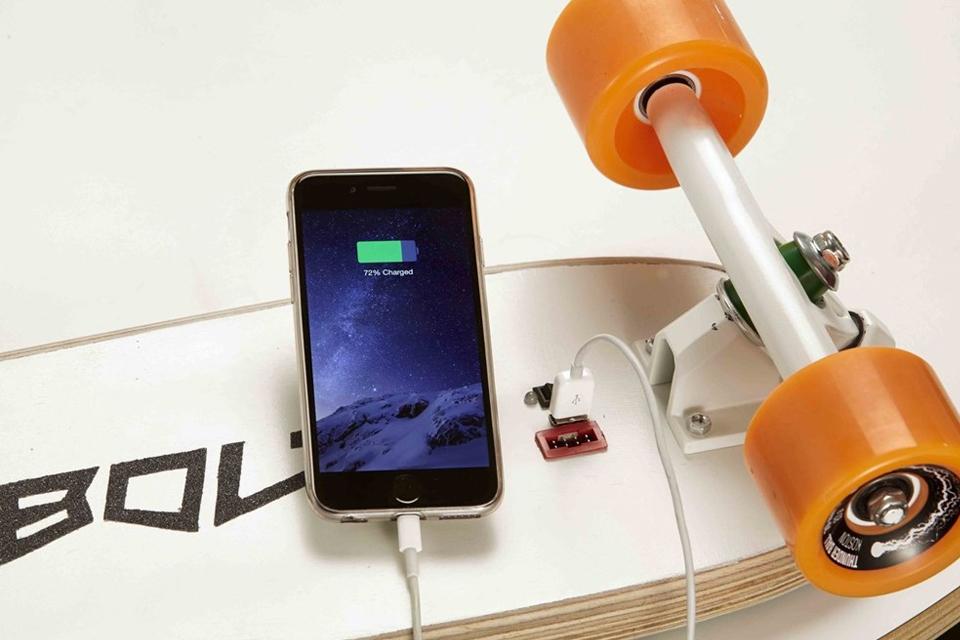 Imagem de Menor skate elétrico do mundo pode recarregar o seu celular até 20x no tecmundo