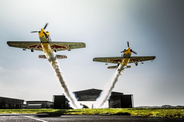 Imagem de Você já viu dois aviões voando lado a lado dentro de um galpão? [vídeo] no tecmundo