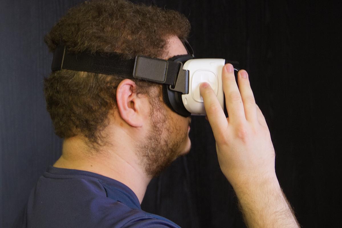 14b83eddb051f Os botões de navegação, confirmação e cancelamento instalados na lateral do Gear  VR ajudam muito, pois dão mais interação ao produto. É muito fácil usá-lo,  ...