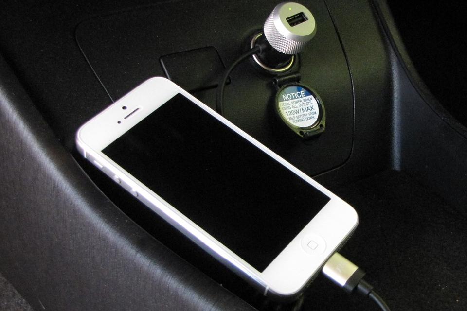 Imagem de Carregar seu celular no carro prejudica mesmo a bateria? no tecmundo