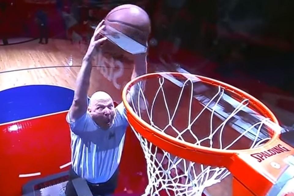 Imagem de Steve Ballmer dá enterrada e vai à loucura em jogo de basquete [vídeo] no tecmundo