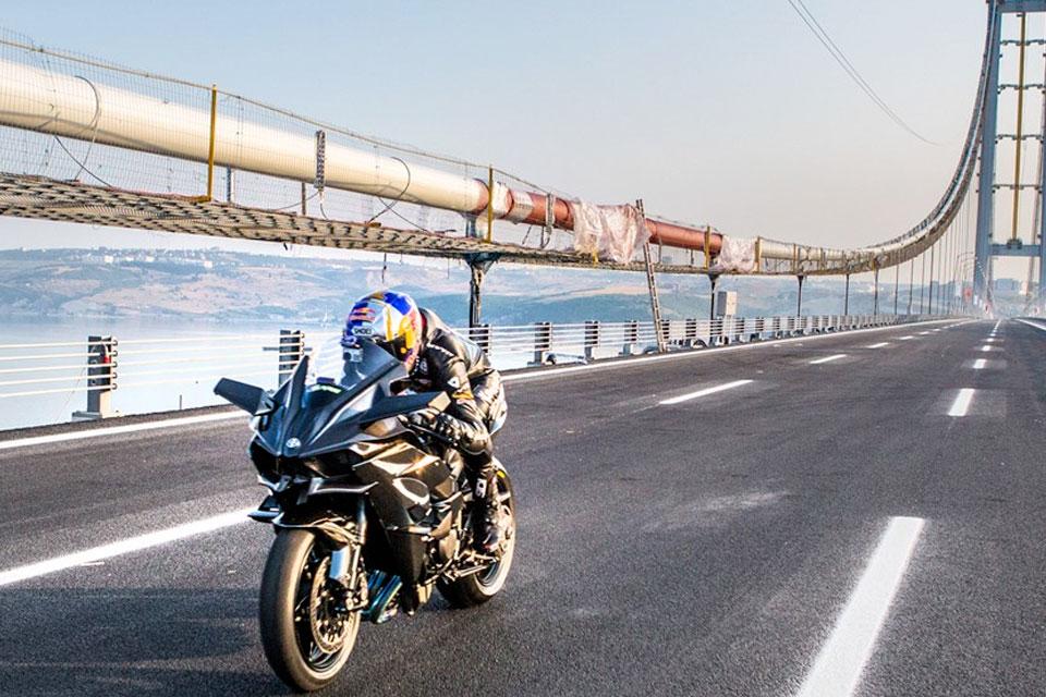 Imagem de Como é atingir 400 km/h em uma moto? Este piloto mostra pra você no tecmundo