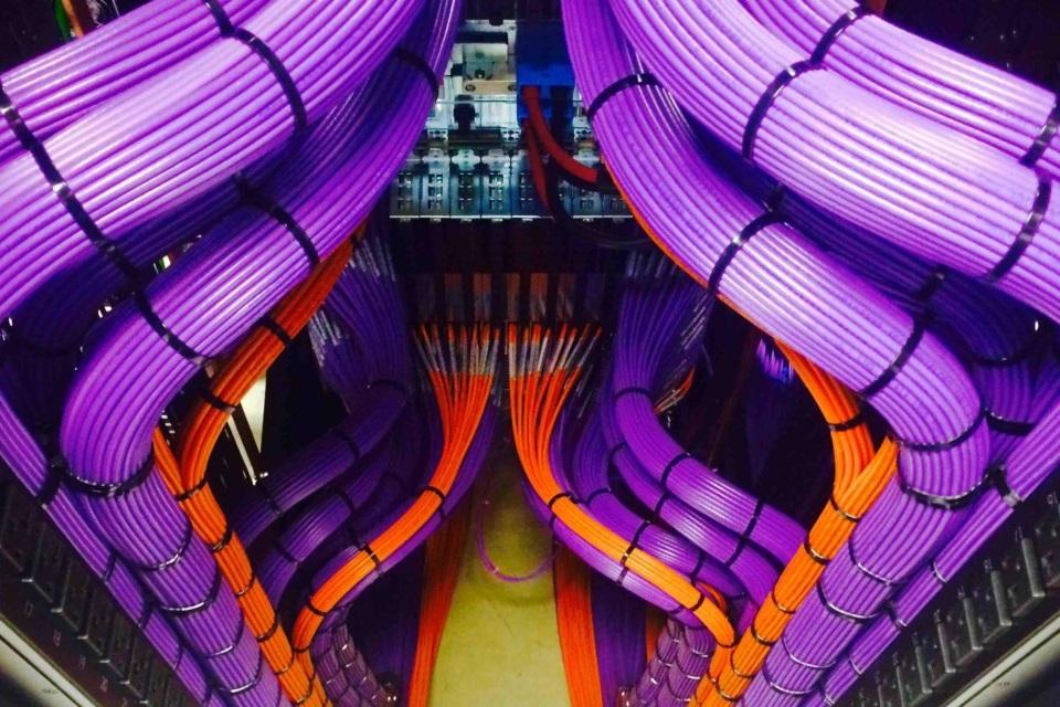 Imagem de 15 fotos de cabos organizados que vão levar profissionais de TI à loucura no tecmundo