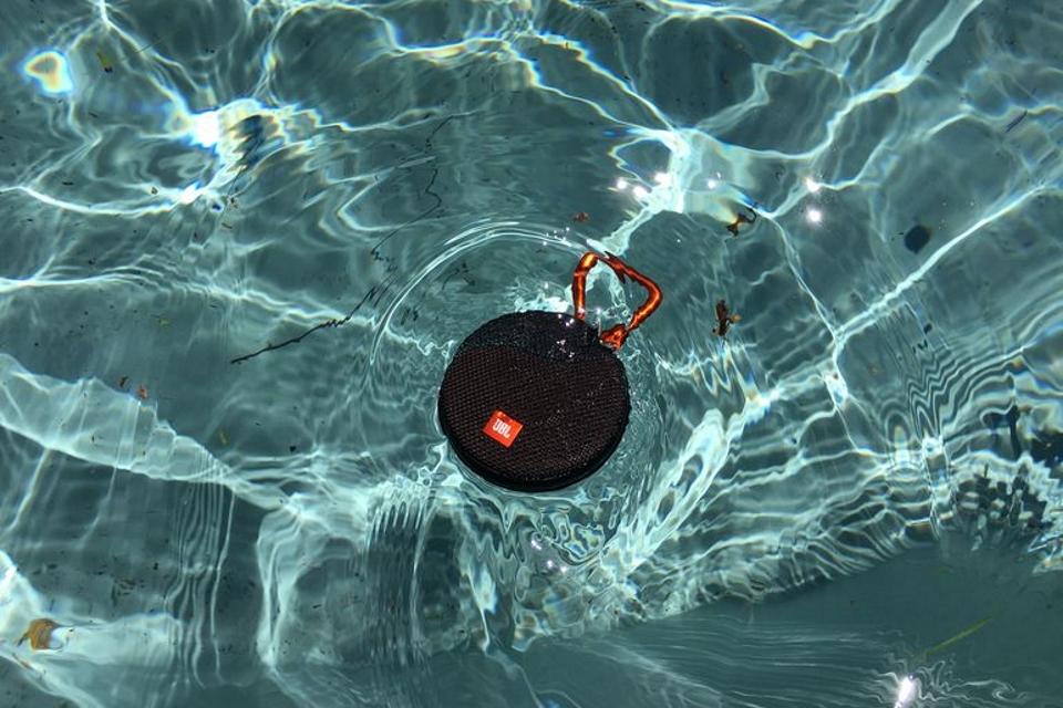 Imagem de Conheça a JBL Clip 2: nova versão da caixa de som resistente à água no tecmundo