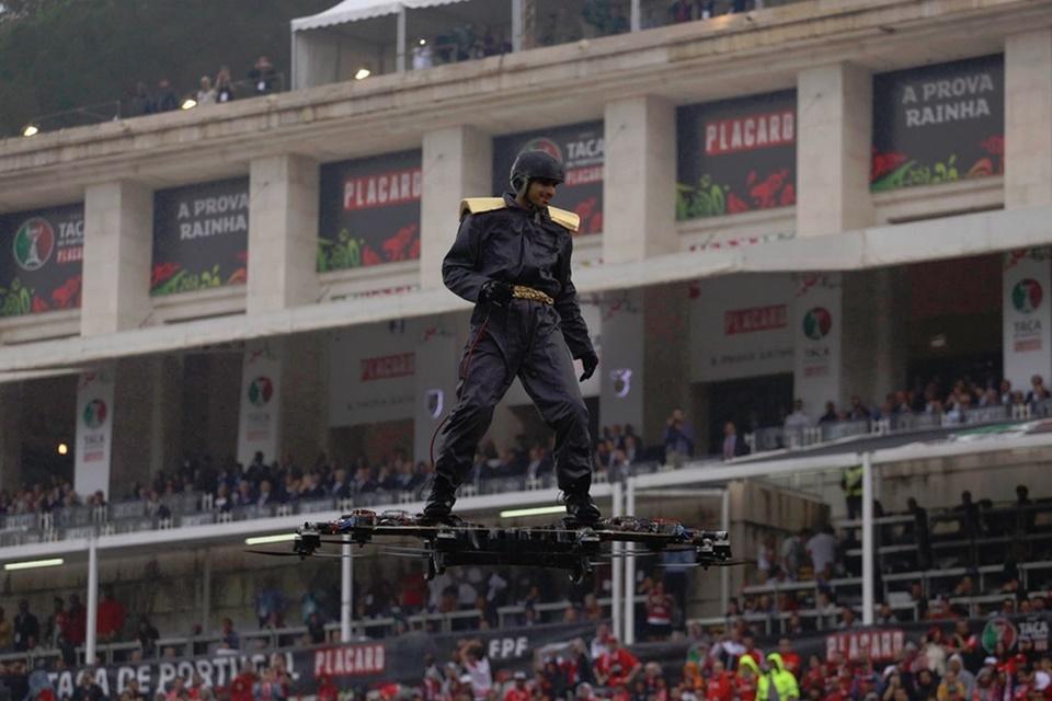 """Imagem de Homem """"surfando"""" em drone rouba a cena antes de partida de futebol [vídeo] no tecmundo"""