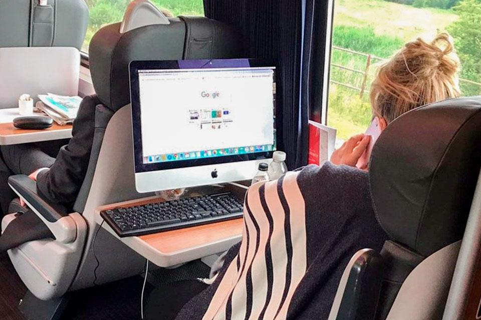 Imagem de Mulher é flagrada com iMac, teclado e mouse em trem a caminho do trabalho no tecmundo