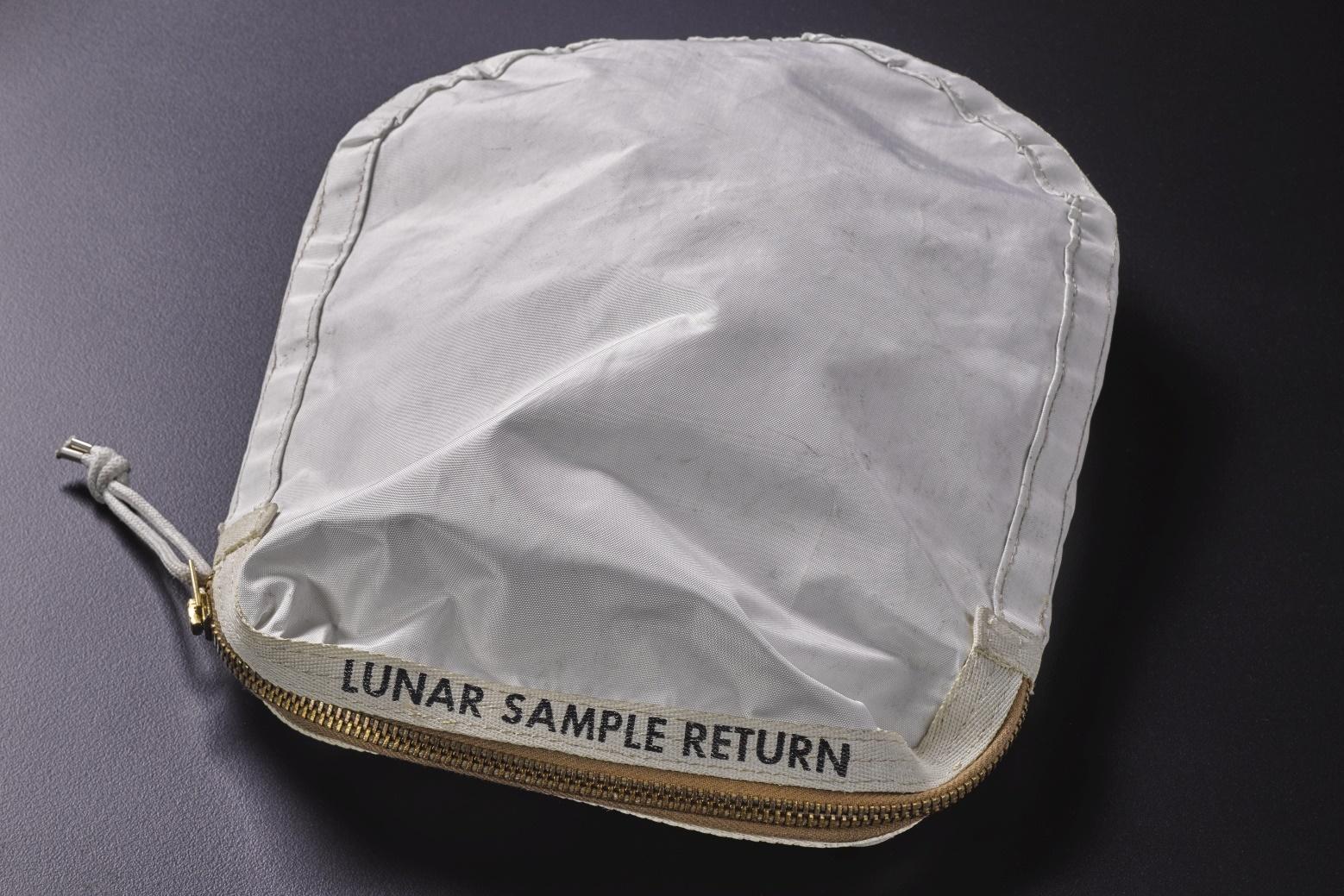 Imagem de Bolsa usada para trazer material da lua pela NASA é vendida por US$ 1,8 mi no tecmundo