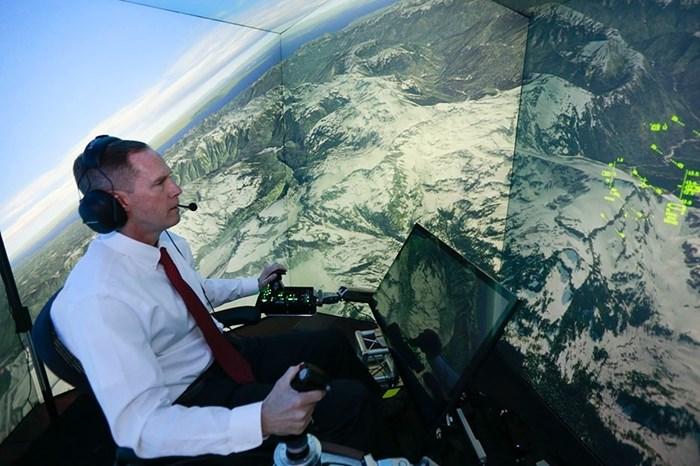 Um homem pilotando simulador