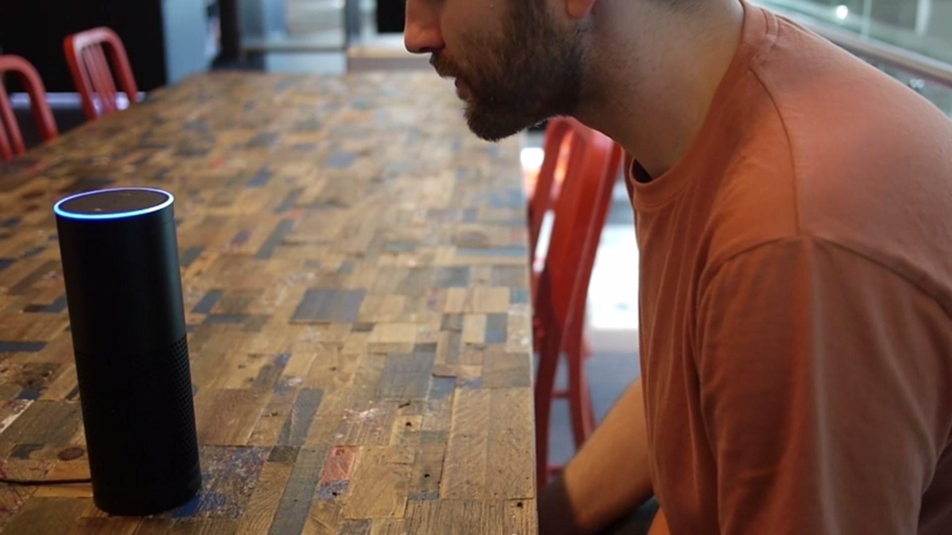 Um homem sentado numa mesa