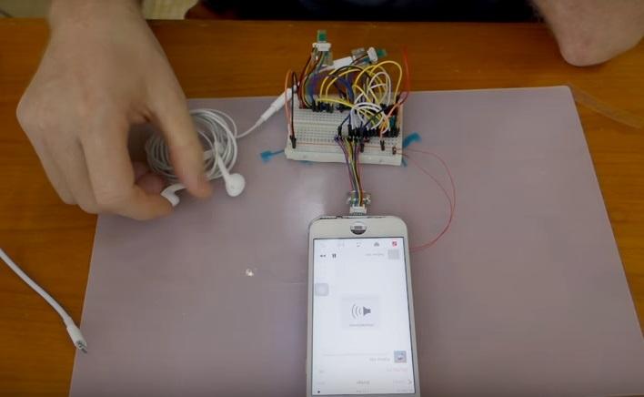 Engenheiro modificando celular