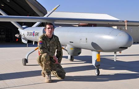 homem e drone militar
