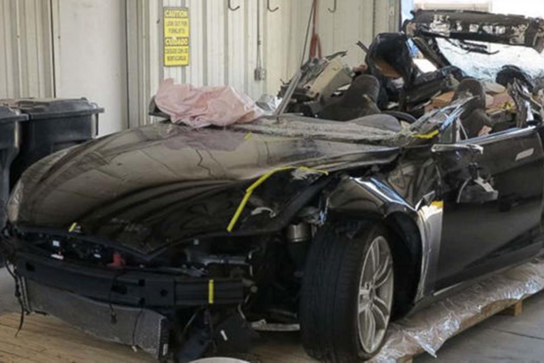 Imagem de Autopilot da Tesla teria culpa na morte de condutor em acidente nos EUA no tecmundo