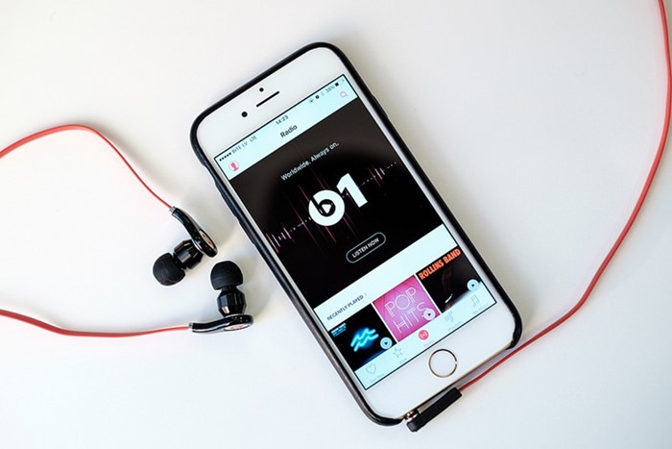 iPhone com fone de ouvido