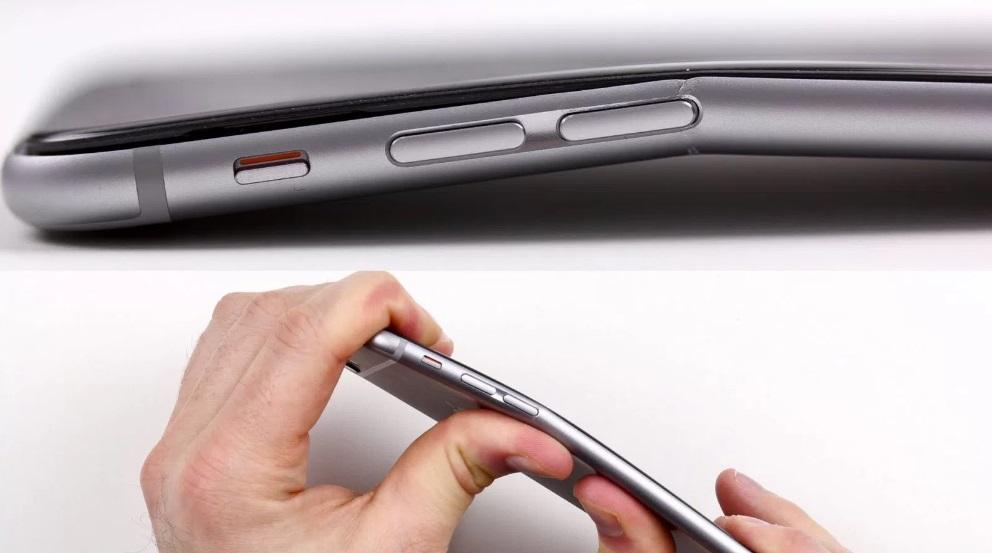 Uma pessoa dobrando um celular