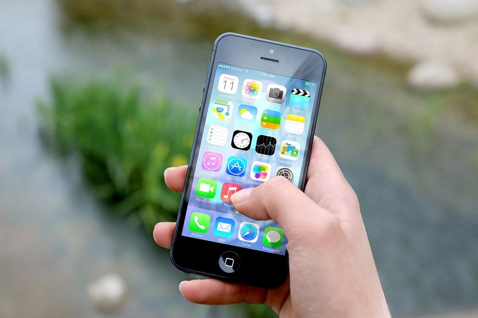 Imagem de iPhone passa a avisar quando a bateria do aparelho precisa ser substituída no tecmundo