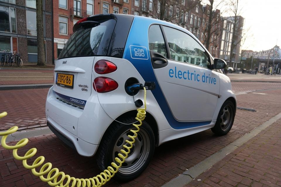 Um carro elétrico carregando