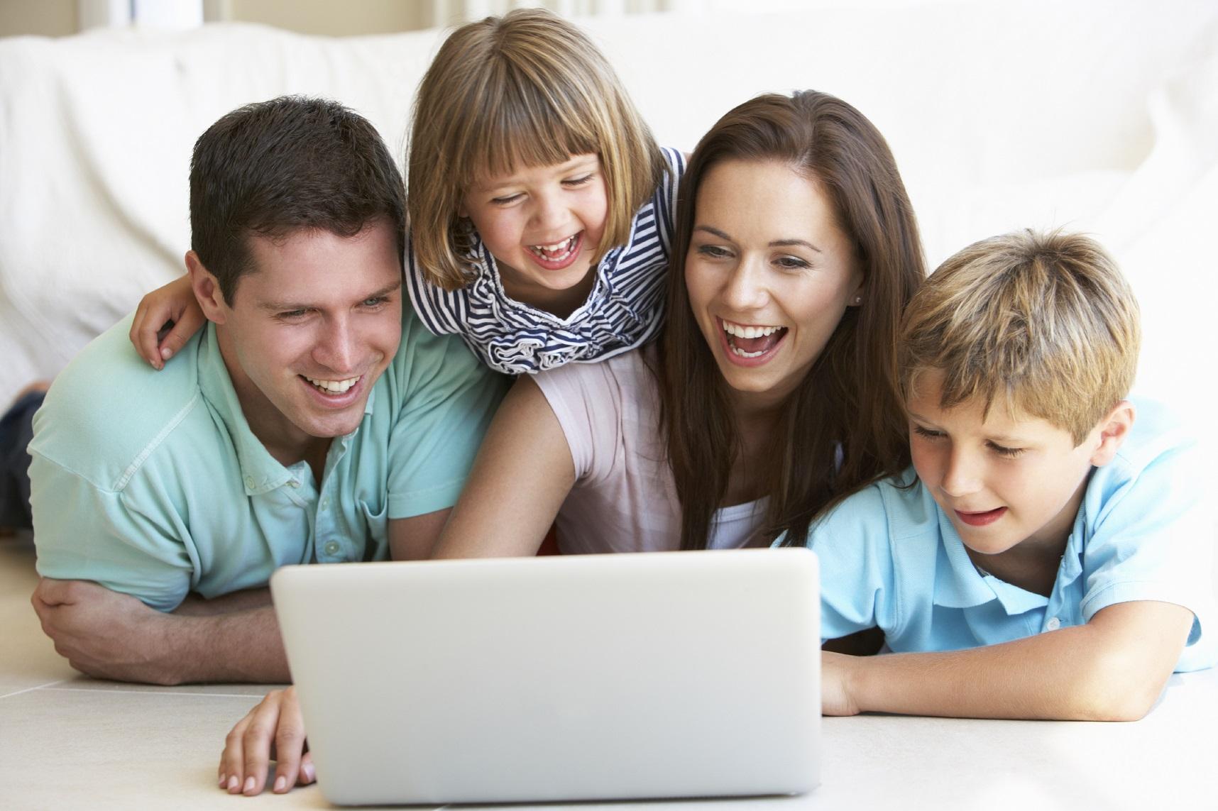 Um grupo de pessoas laptop