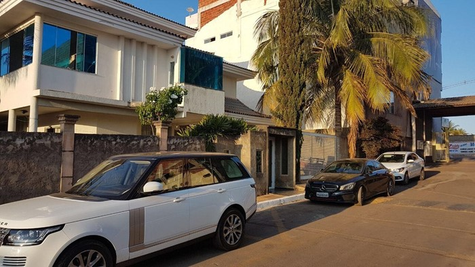 carro na frente de uma casa