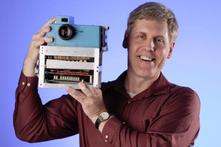 Steven Sasson segurando câmera