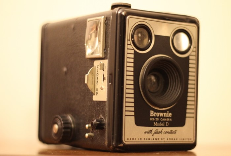 Uma câmera fotográfica velha.