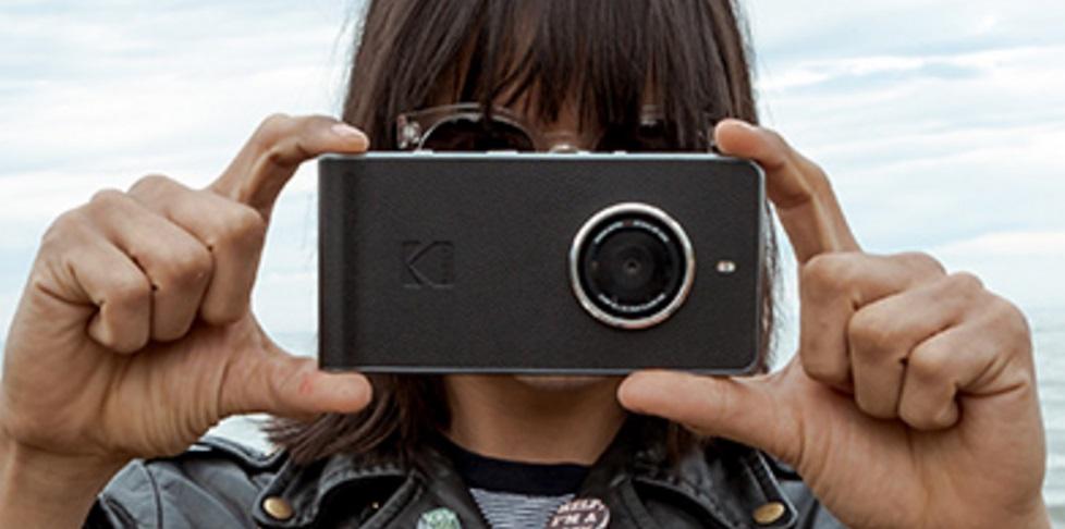 Uma mão segurando uma câmera