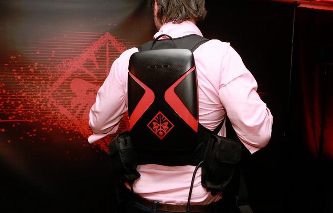 Um homem vestindo uma mochila.