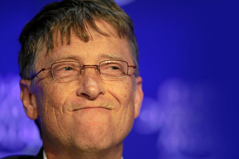 Bill Gates usando óculos e sorrindo para a câmera