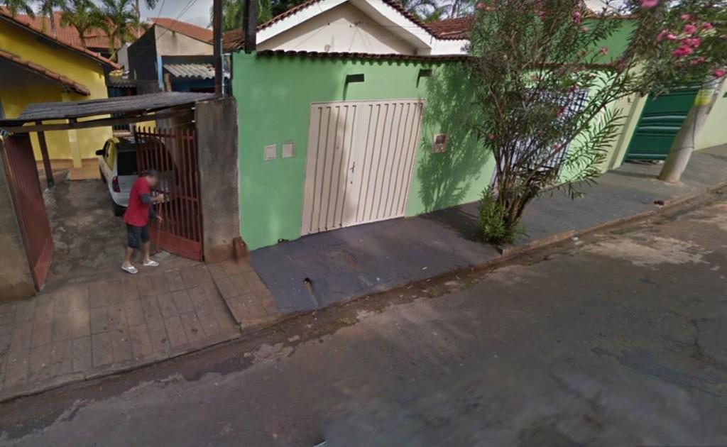 Foto de mulher varrendo rua