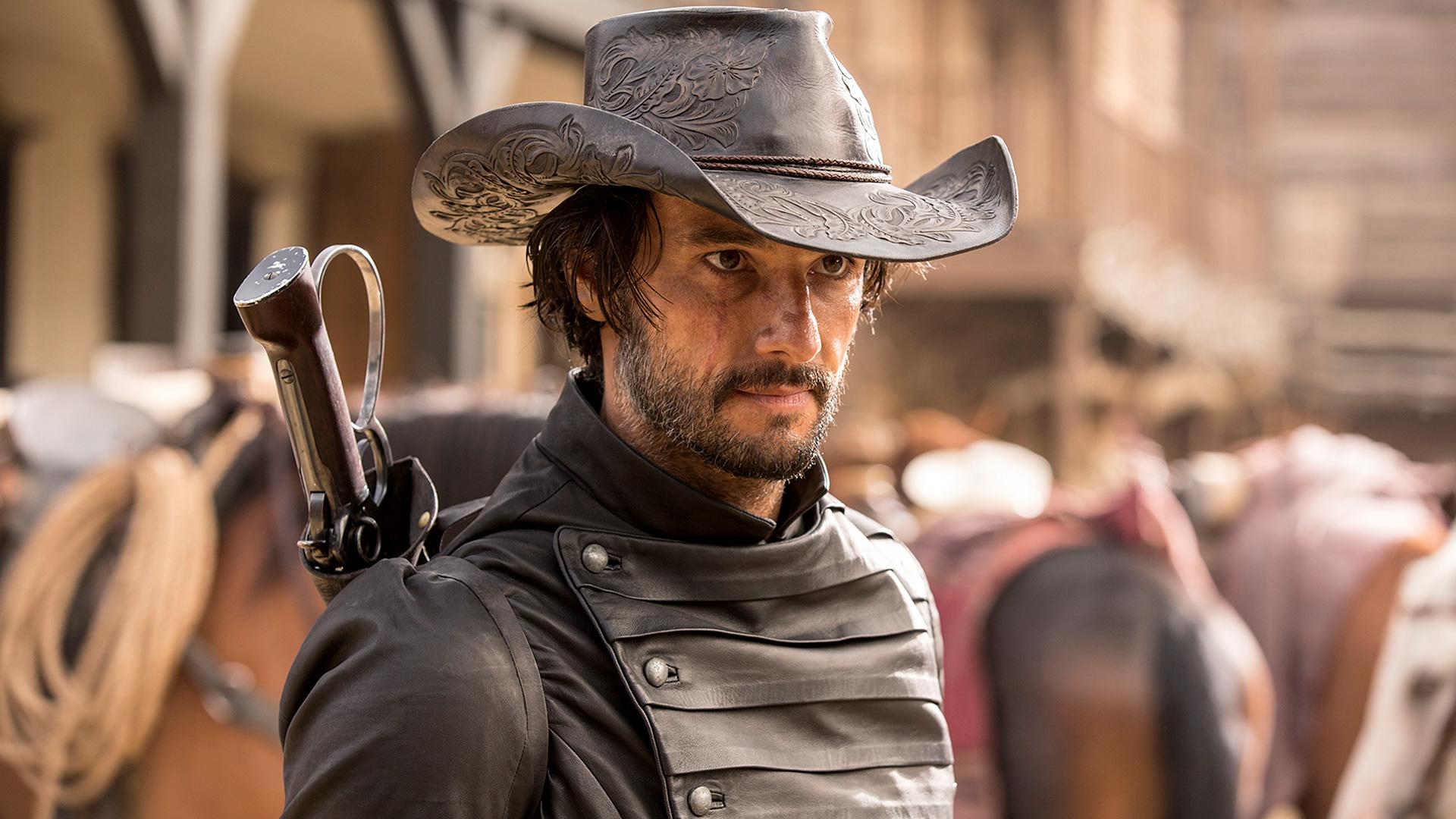 Um homem usando um chapéurld