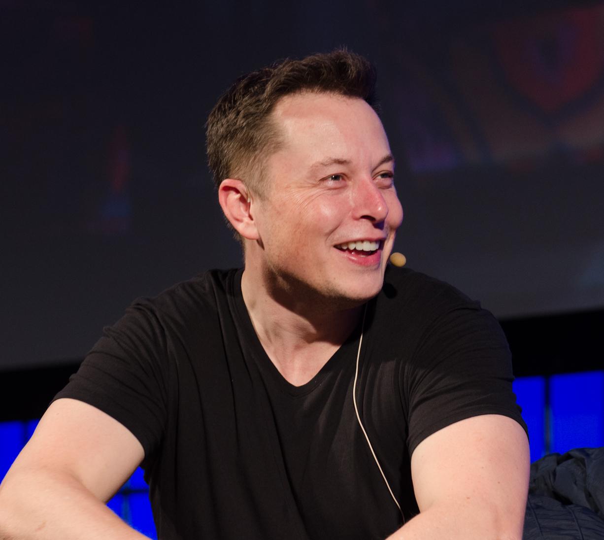 Elon Musk em uma camisa preta