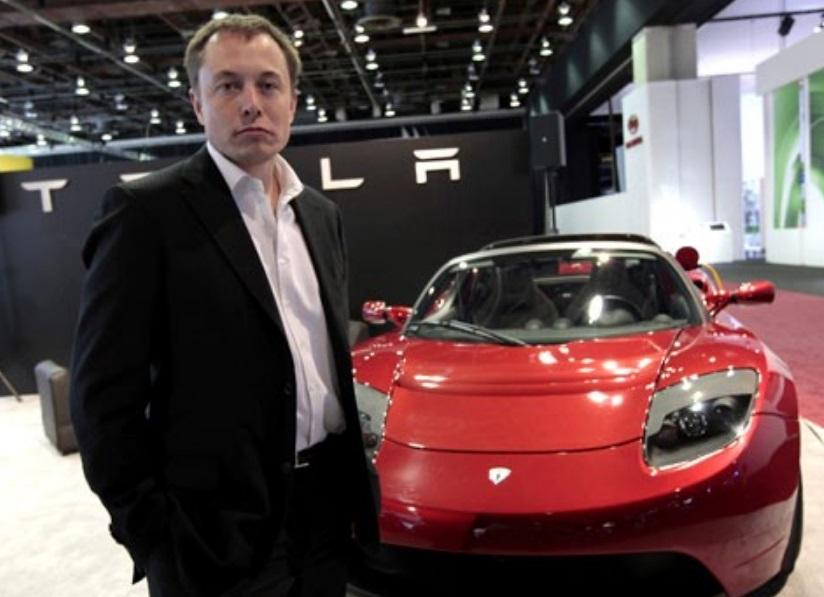 Elon Musk ao lado do Roadster