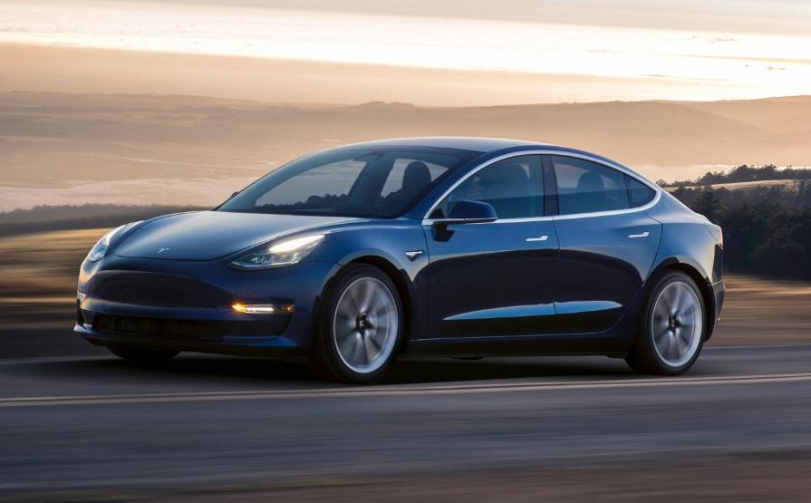 Um carro modelo Tesla Model 3.