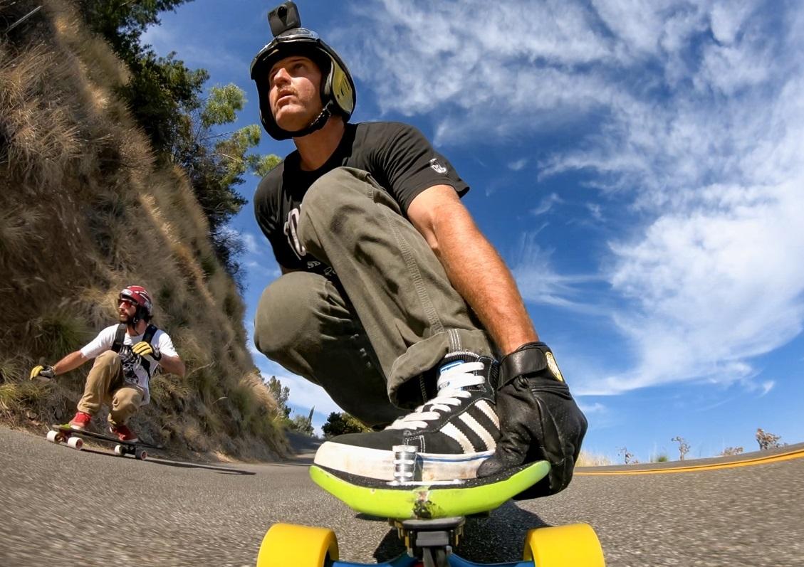 Um homem em cima de um skate