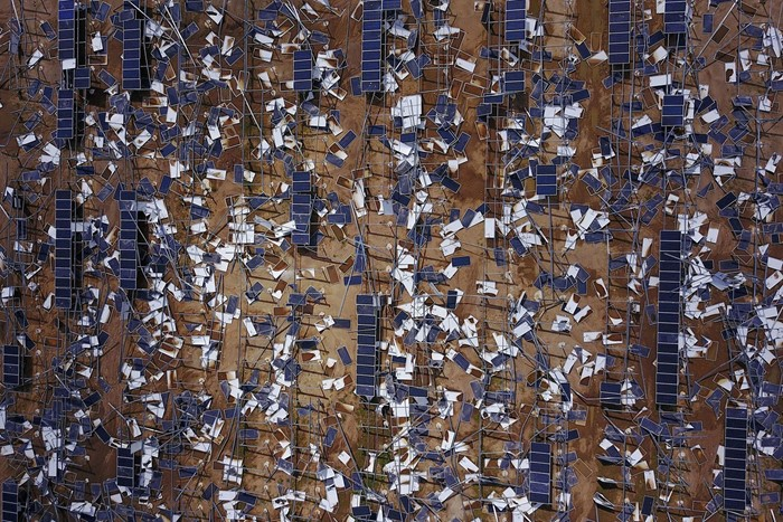 Painéis solares destruídos