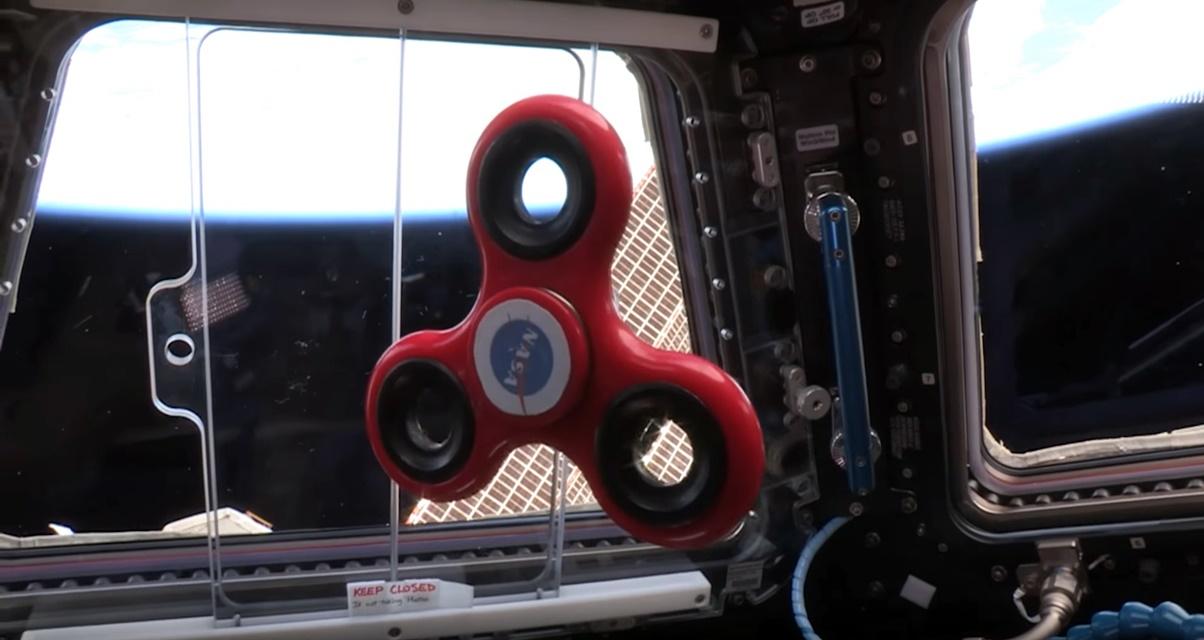 Imagem de E aí, faz igual? Astronautas brincam com fidget spinner no espaço [vídeo] no tecmundo