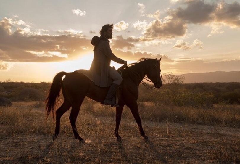 Um homem montado em um cavalo.