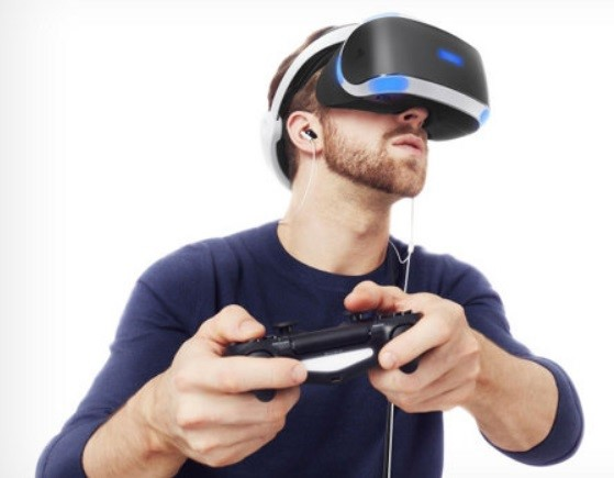 Um homem jogando video-game.