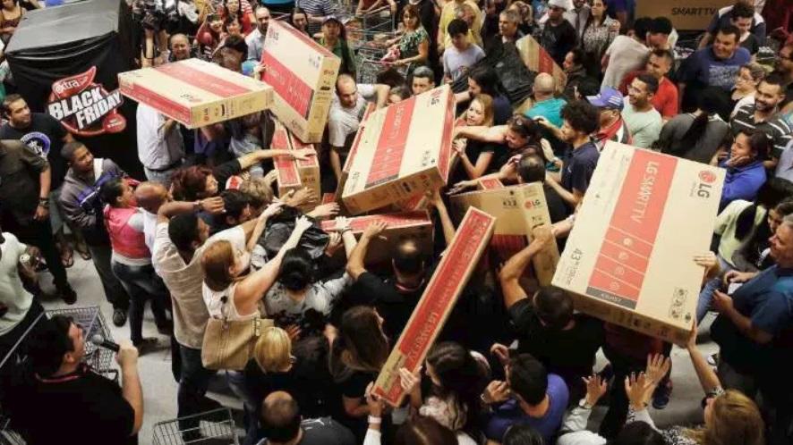 Pessoas comprando em loja.