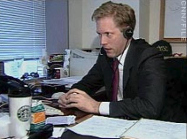 Um homem com um fone de ouvido
